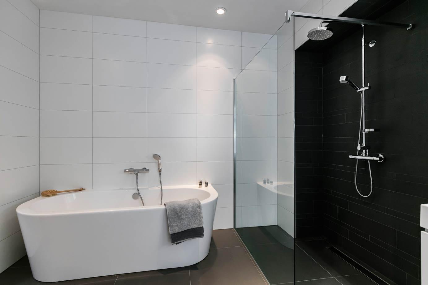 Badkamermeubel Houtlook ~ Badkamer Heerde met een losstaand bad