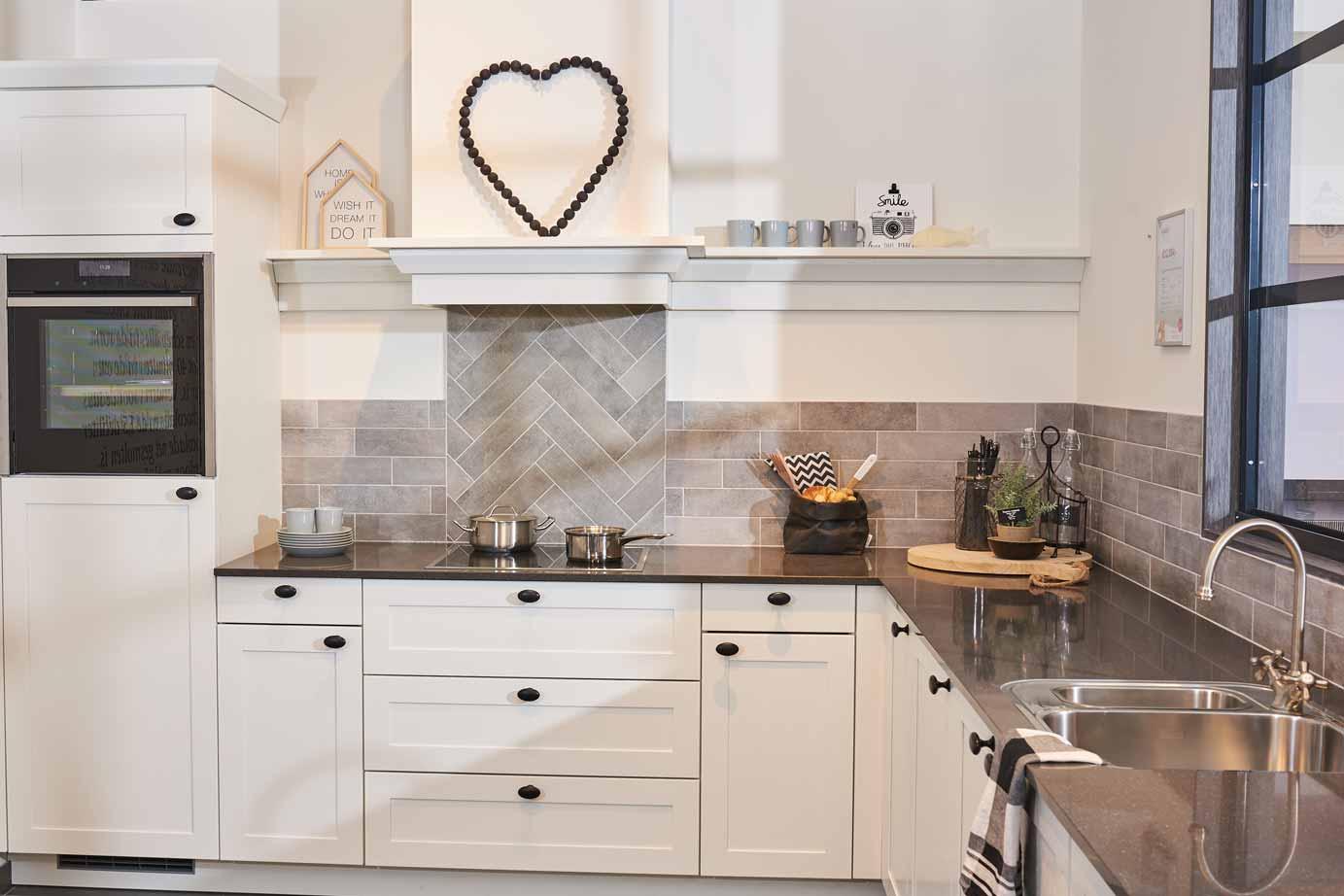Landelijk Kleuren Keuken : Landelijke lichte keuken met graniet deze landelijk keuken heeft